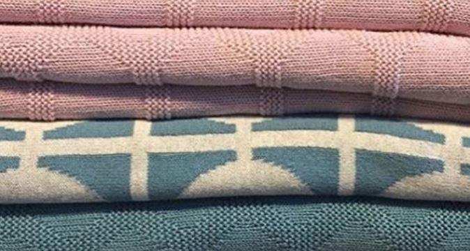 Ein Stapel aus Decken und Mustern von Funky Doris.