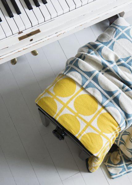 Kombination von den zwei bequemen Decken Don in Gelb und Blau von Funky Doris.