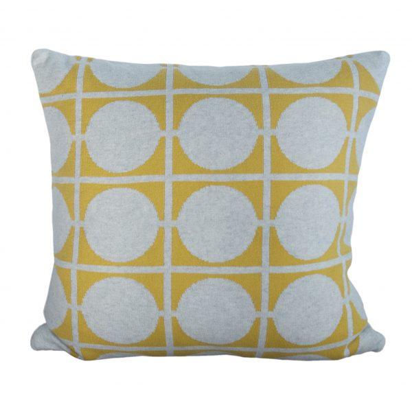 Gestricktes Kissen Don in Gelb aus feiner Baumwolle von Funky Doris von Funky Doris.