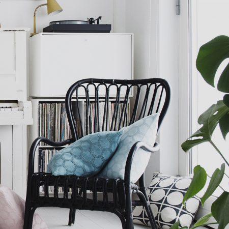 Zwei Herdis Kissen als Sitzunterlage kombiniert mit kräftigem Don Design von Funky Doris