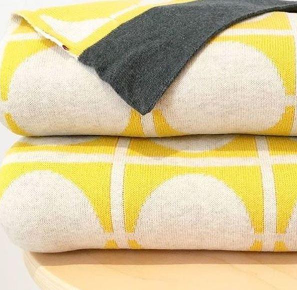 Gestapelte Tagesdecke Don in Gelb mit grauen Streifen von Funky Doris.