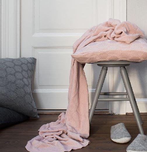 Funky Doris Kissen Decke Herdis pastell in Rosa mit Kissen in zwei Grautönen einfarbig