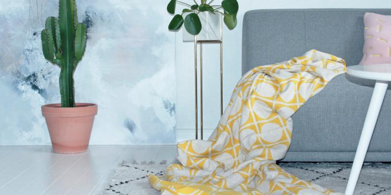 Muster Don in Gelb mit umgeklappter Rückseite der Baumwoll-Decke von Funky Doris.