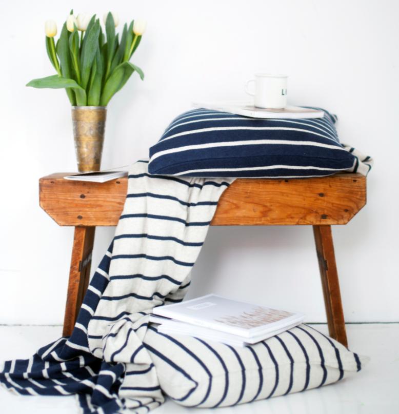 Im klassischem Blau und Weiß das Kissen und die Decke Herman von Funky Doris.
