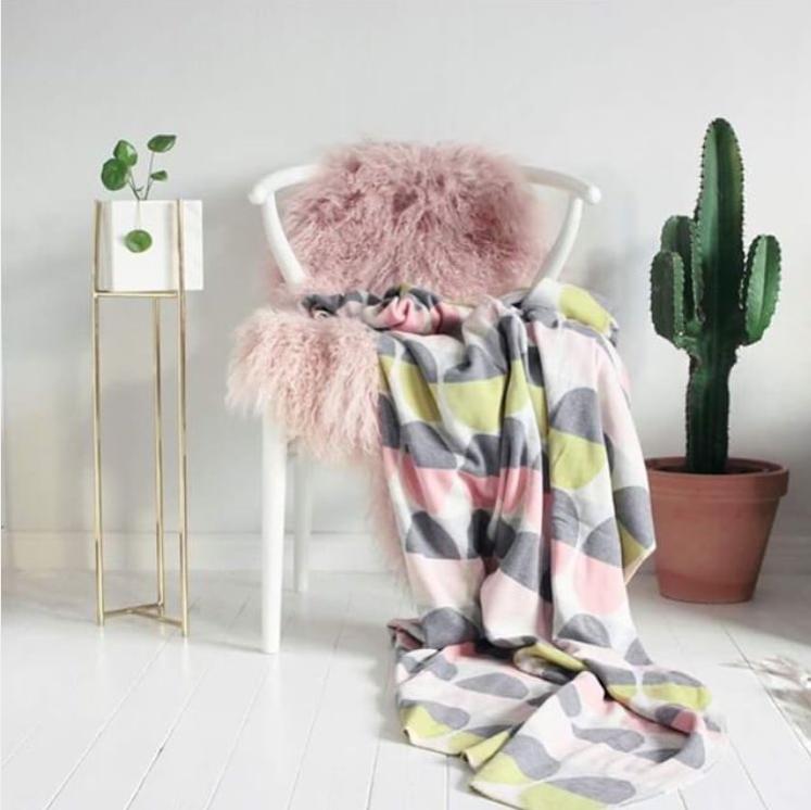Aus Norwegen gestrickte Decke in Pastell von Funky Doris.