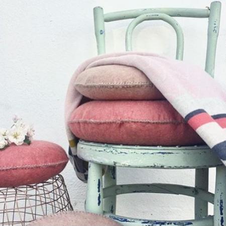 Tagesdecke Vilma von Funky Doris kombiniert mit Vintage Stuhl in Mint (Foto @urbaanihomewares)