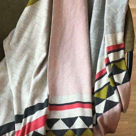 Strickdecke Vilma von Funky Doris im norwegischen Muster in Rosa, Grau und Moosgrün