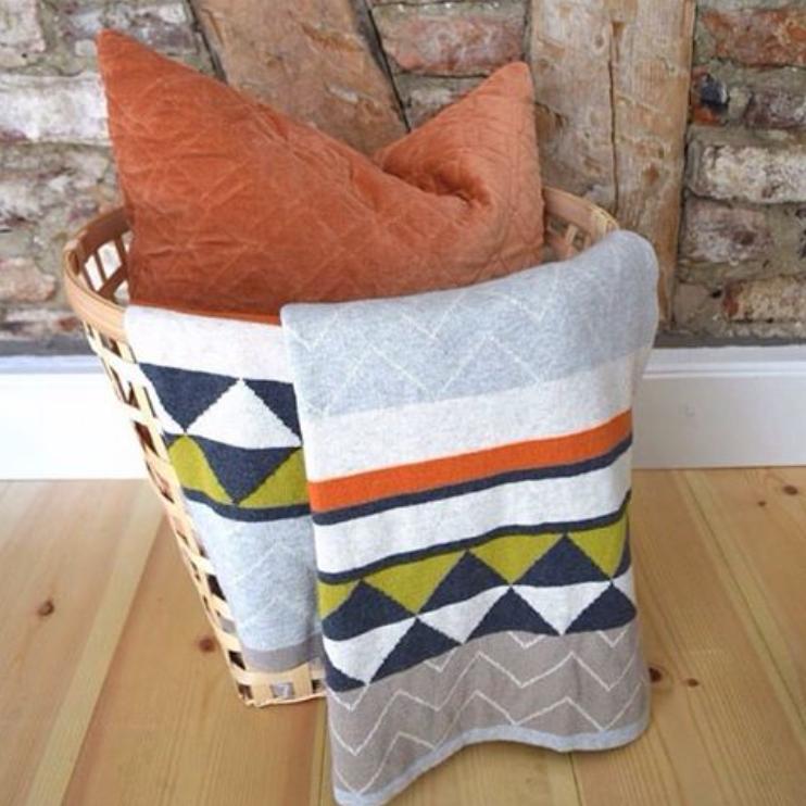 Decke Vilma in Naturfarben kombiniert mit dem Samtkissen Alma in Rostbraun von Funky Doris