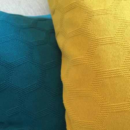 Detailansicht Wabenmuster Herdis in Gelb und Dunkelblau von Funky Doris