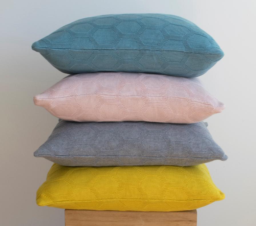 Weiches Kissen Herdis in vier Farben erhältlich von Funky Doris