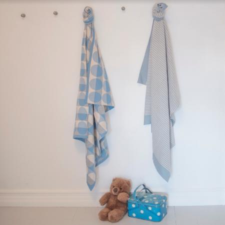 Die Babydecken von Funky Doris sind in Hellblau in den Designs Minni und Max erhältlich