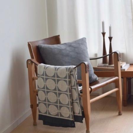 Kuschlig weiche Decken und Kissen im Grau & Weiß Look (Foto @ookinhetpaars)