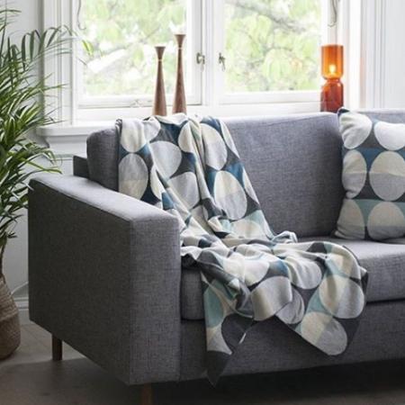 Grafisches Muster Olivia auf grauem Sofa