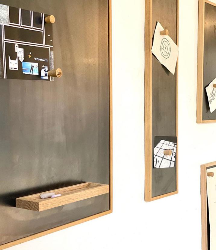 Notizboard mit Mini-Regal