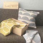 Eingepackt: Decke, Kissenhülle und Schal
